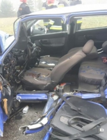 TRZCINICA: Zderzyły się czołowo dwa samochody osobowe. Ranni zostali kierujący pojazdami (ZDJĘCIA)