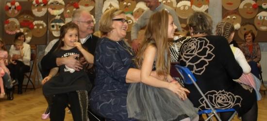 Świetna zabawa, wiele radości i integracja pokoleń. Dyskoteka Międzypokoleniowa w MDK w Jaśle (ZDJĘCIA)