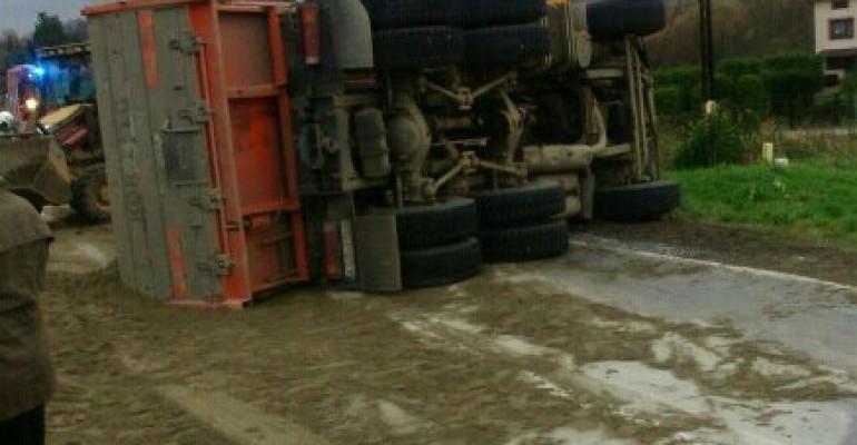 """Ciężarówka z piaskiem przewróciła się na """"krajówce"""" (ZDJĘCIA)"""