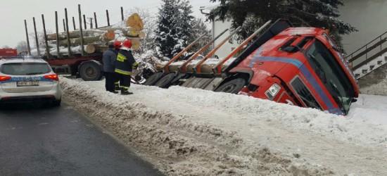 JASŁO: Ciężarówka z drewnem wjechała do rowu. Kierowca trafił do szpitala (ZDJĘCIA)