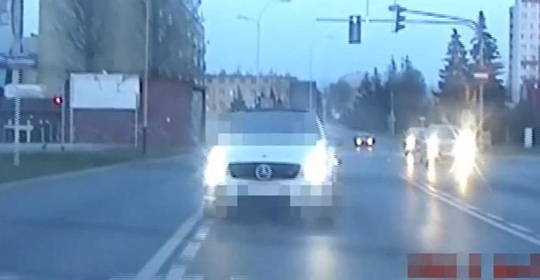Policyjna eskorta do szpitala. Kobieta z dusznościami (VIDEO)