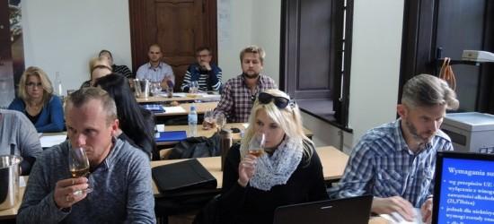 Uczyli się jak robić wina musujące, słodkie i likierowe (ZDJĘCIA)