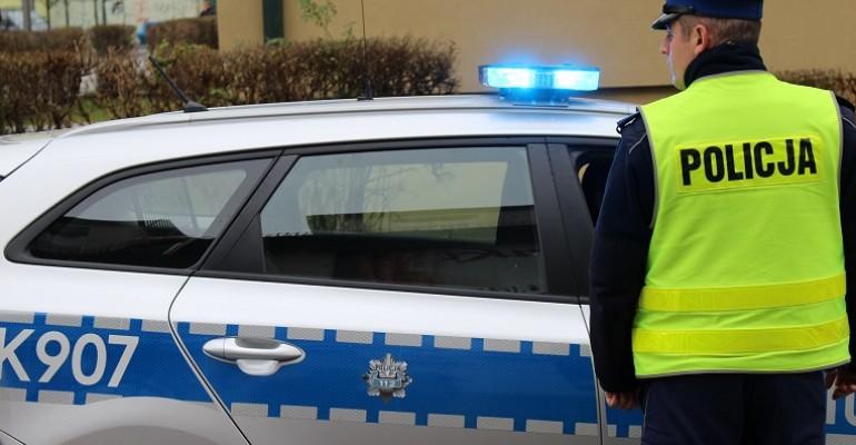 Uciekając przed policjantami, uderzył w znak drogowy