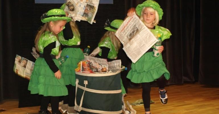 """Dzieci uczą nas, jak dbać o środowisko – """"Eko – piosenki z małej scenki"""" (ZDJĘCIA)"""