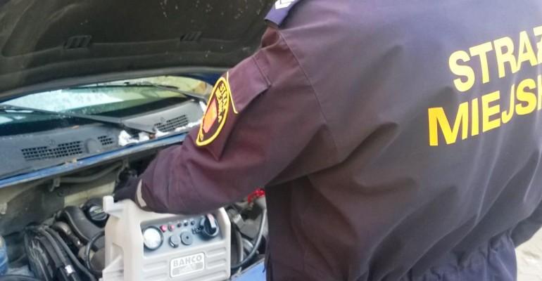 Na zewnątrz mróz i nie możesz odpalić auta? Zadzwoń po Straż Miejską! (ZDJĘCIA)