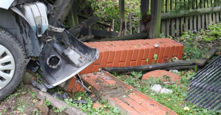 Pijany kierowca staranował ogrodzenie posesji