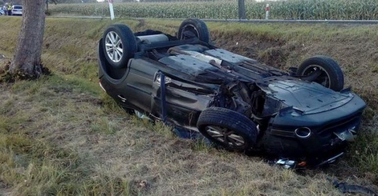 Wypadek w Szebniach. Samochód wjechał do rowu i dachował (ZDJĘCIA)